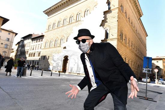 الفنان الفرنسي المعاصر جي آر في فلورنسا