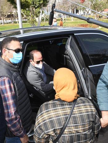 الرئيس-السيسى-يستمع-لمطالب-سيدة-بمدينة-نصر