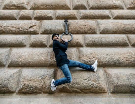 جي آر في صور طريفة متعلق بجدران القصر