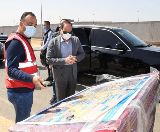 الرئيس-يستمع-لشرح-حول-تطوير-محاور-القاهرة
