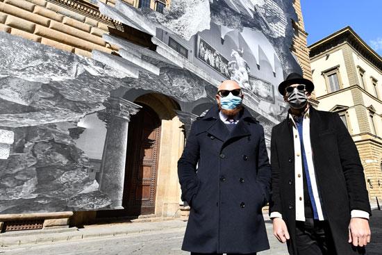 الفنان الفرنسي  جي آر أمام تركيبته الفنية لا فيريتا (الجرح)