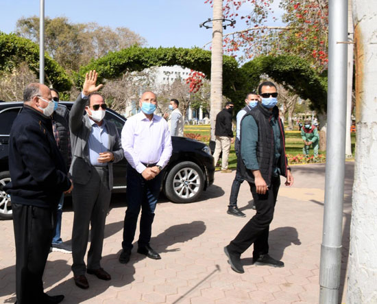 الرئيس-السيسي-يتلقى-التحية-من-المواطنين