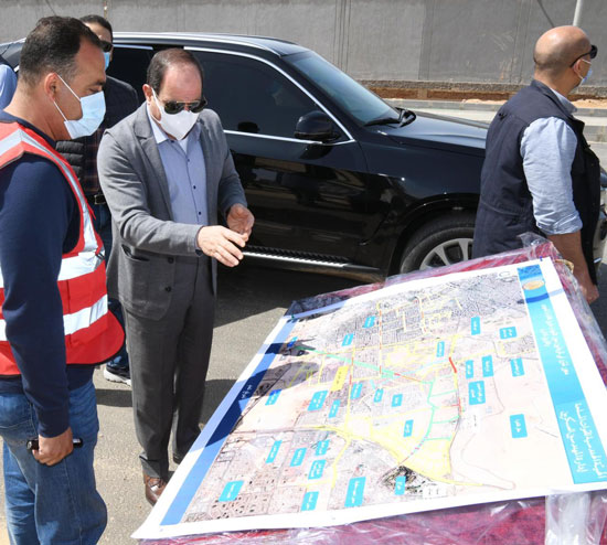 الرئيس-السيسى-يتفقد-تطوير-شبكة-الطرق-بالقاهرة-ويستمع-لمطالب-سيدة-بمدينة-نصر