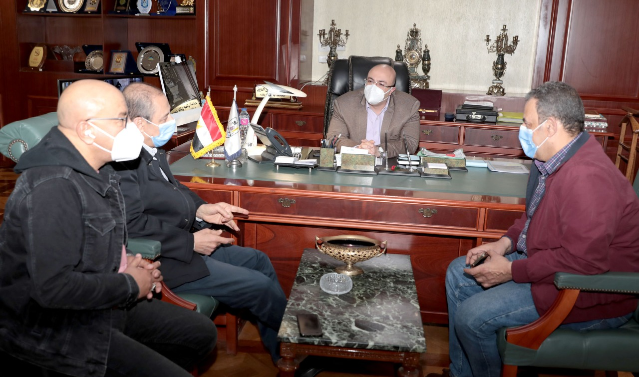 محافظ بنى سويف خلال اللقاء بوفد وزارة الصحة (2)
