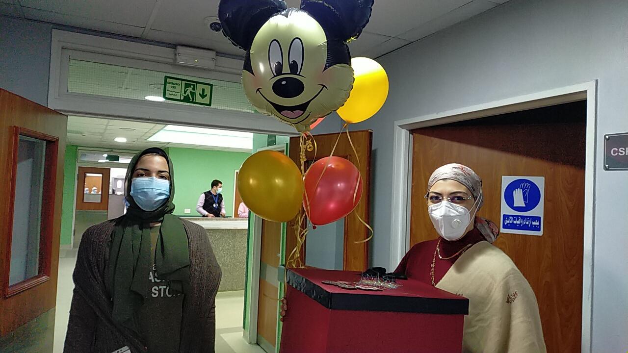 الطاقم الطبى خلال تقديم الهدايا للطفل ريان
