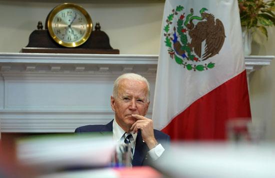 بايدن يستمع لنظيره المكسيكى