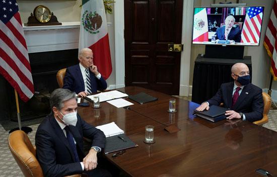 الرئيس الأمريكى وفريقه مع الرئيس المكسيكى عبر الفيديو كونفرنس