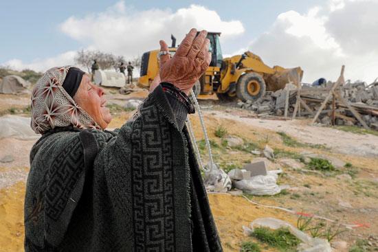 امرأة تبكي على هدم منزلها