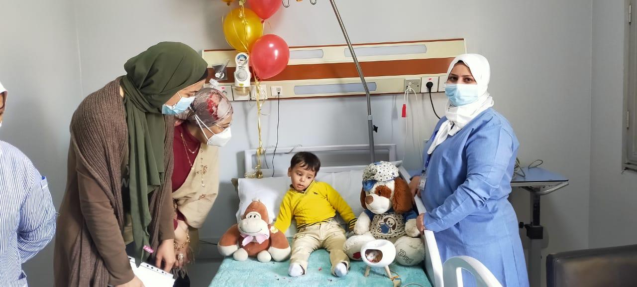 الطاقم الطبى بمستشفى عين شمس يحتفل بعيد ميلاد ريان