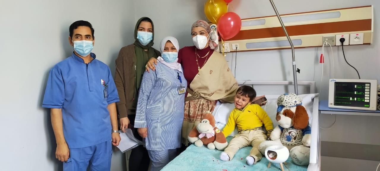 الطاقم الطبى والطفل ريان بعد عيد الميلاد