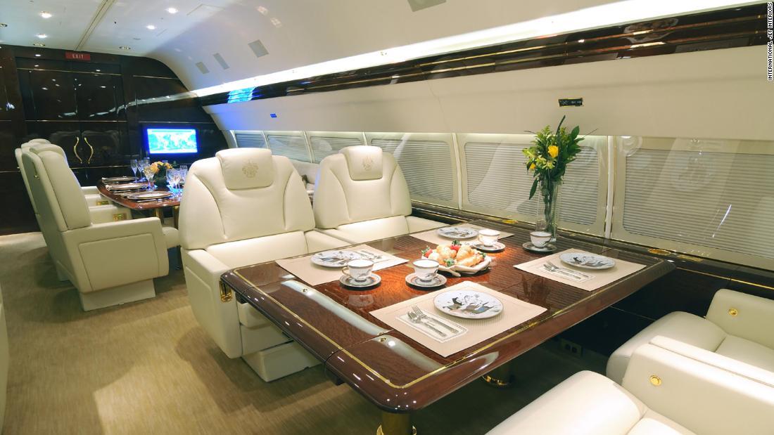 غرفة تناول الطعام بالطائرة