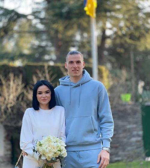 الحارس وزوجته بالملابس الرياضية
