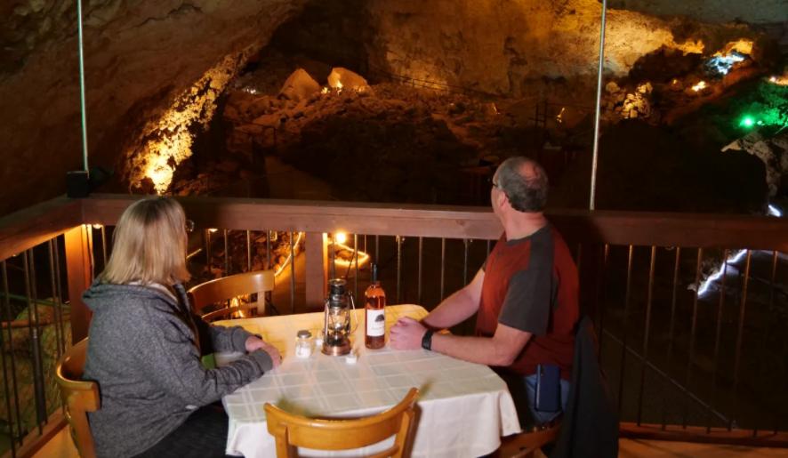 المطعم داخل الكهف