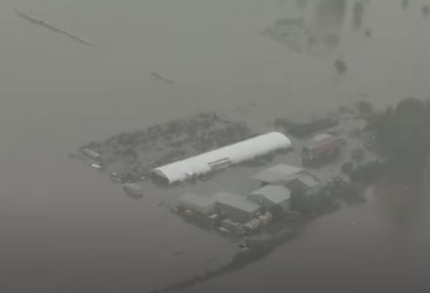 La casa está cubierta por agua