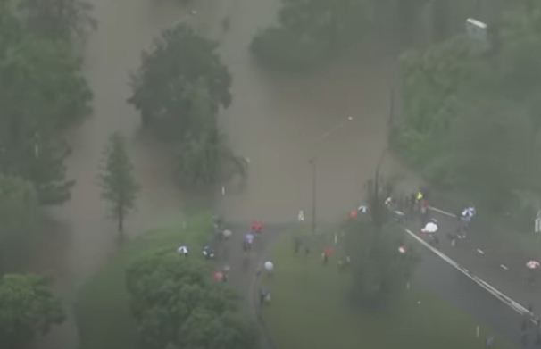 Evacuar población bajo la lluvia