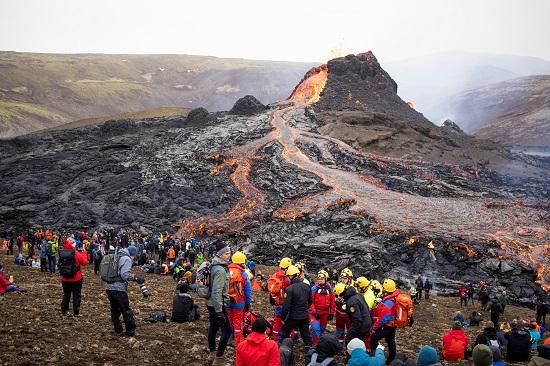 مشاهدة المواطنين لثوران البركان