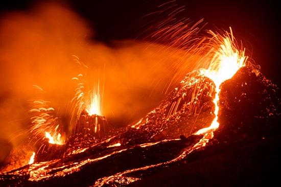 جانب من ثوران البركان