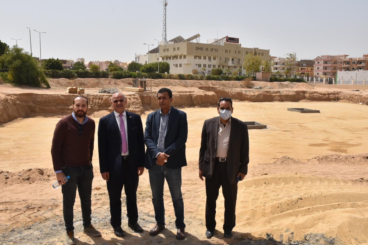 متابعة العمل فى انشاءات كلية طب الاقصر بمدينة طيبة