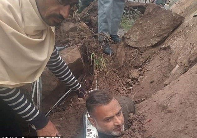 سائق ينجو بأعجوبة من الموت بعد تحطم صخرة على سيارته في باكستان (1)