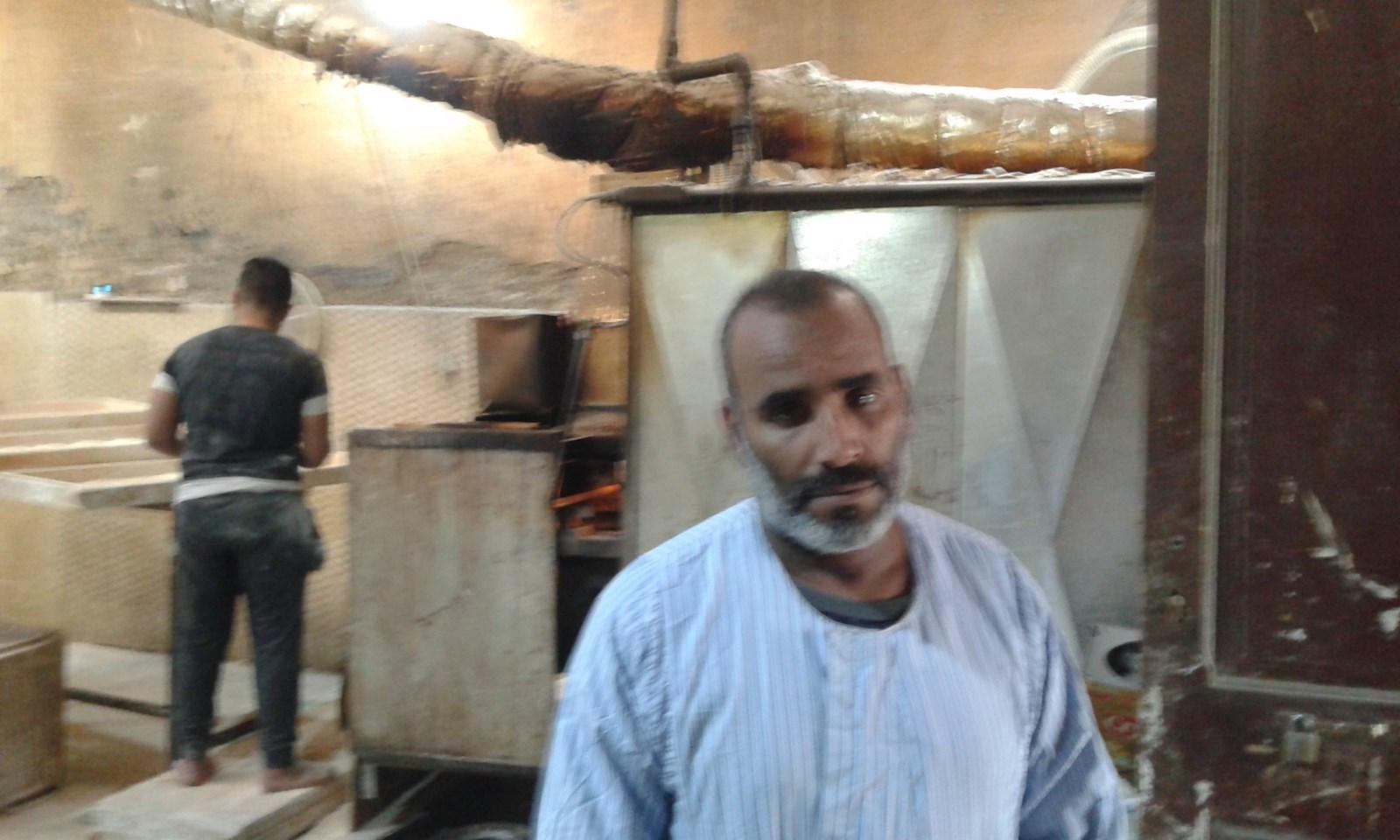 عبد الكريم داخل عمله بالمخبز