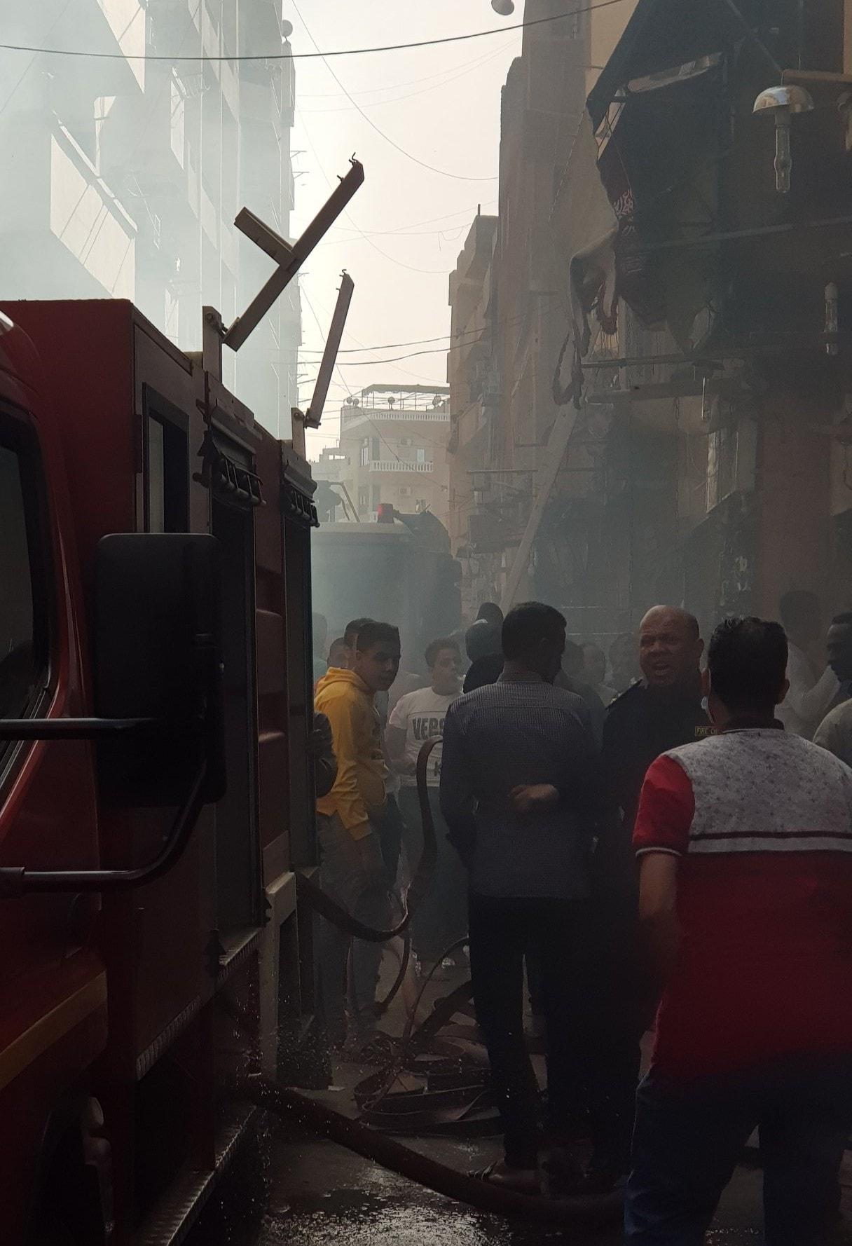 الاطفاء خلال السيطرة على الحريق