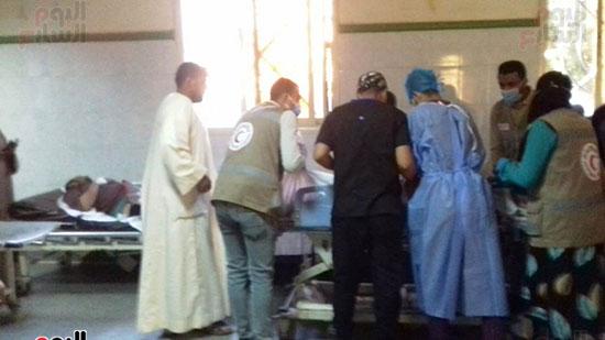فريق-من-شباب-الهلال-الأحمر-المصرى-يشاركون-بخدمة-مصابى-حادث-قطارى-طهطا-(3)