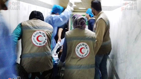 فريق-من-شباب-الهلال-الأحمر-المصرى-يشاركون-بخدمة-مصابى-حادث-قطارى-طهطا-(5)