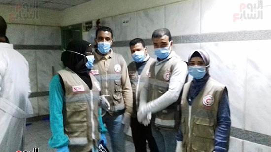 فريق-من-شباب-الهلال-الأحمر-المصرى-يشاركون-بخدمة-مصابى-حادث-قطارى-طهطا-(2)