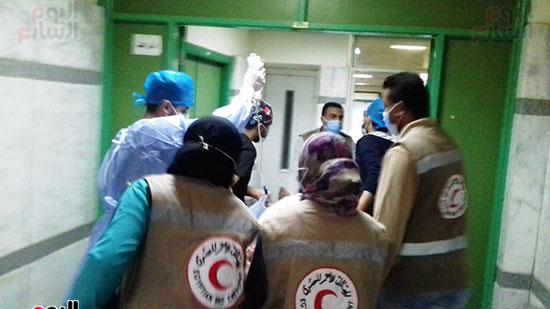 فريق-من-شباب-الهلال-الأحمر-المصرى-يشاركون-بخدمة-مصابى-حادث-قطارى-طهطا-(8)