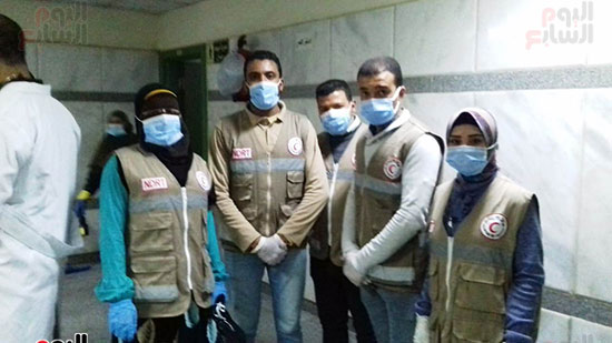 فريق-من-شباب-الهلال-الأحمر-المصرى-يشاركون-بخدمة-مصابى-حادث-قطارى-طهطا-(4)