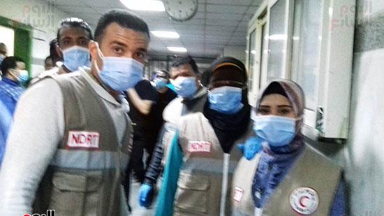 فريق-من-شباب-الهلال-الأحمر-المصرى-يشاركون-بخدمة-مصابى-حادث-قطارى-طهطا-(7)