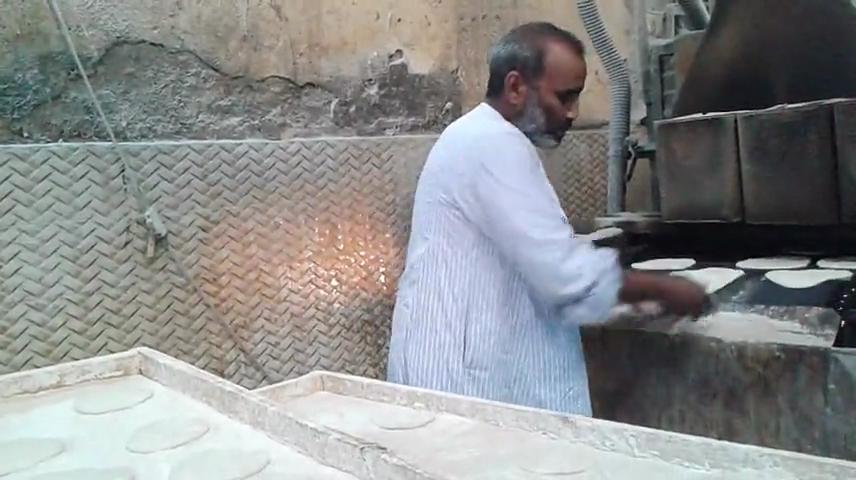 عبد الكريم خلال عمله فى خبز العيش