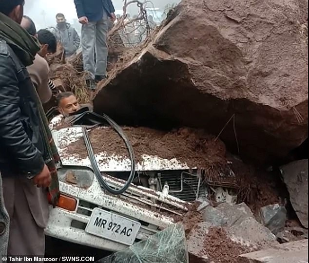 سائق ينجو بأعجوبة من الموت بعد تحطم صخرة على سيارته في باكستان (4)