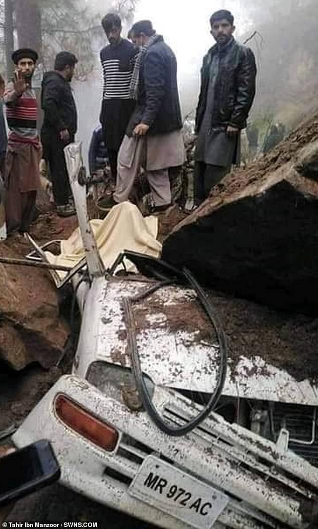 سائق ينجو بأعجوبة من الموت بعد تحطم صخرة على سيارته في باكستان (3)