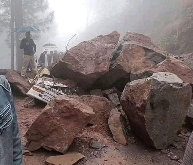 سائق ينجو بأعجوبة من الموت بعد تحطم صخرة على سيارته في باكستان (2)
