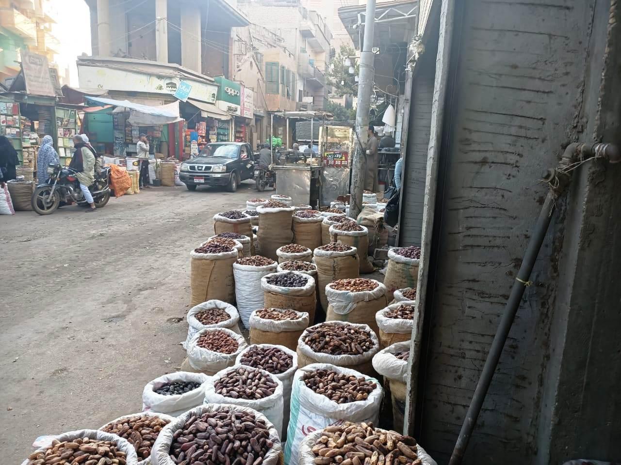 البلح المعروض بسوق منوف