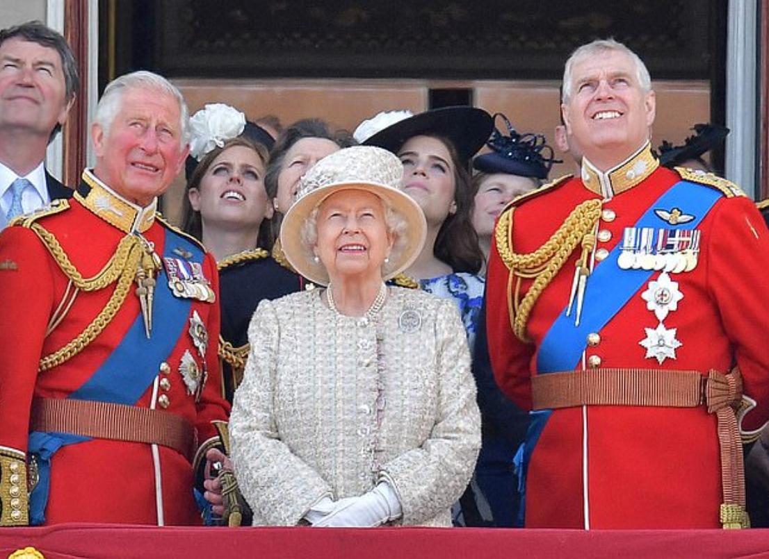 الملكة اليزابيث والأمير تشارلز والأمير أندرو