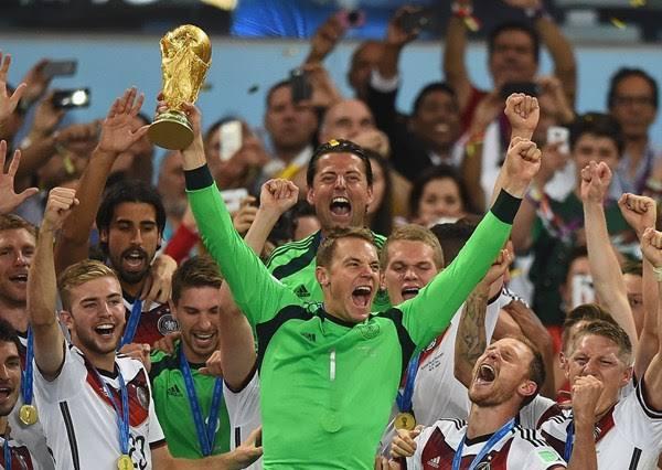نوير يرفع كأس العالم 2014
