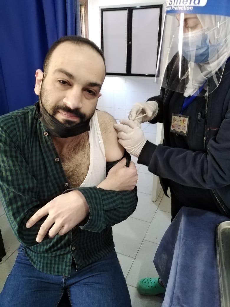 أحد المواطنين يتلقى لقاح فيروس كورنا