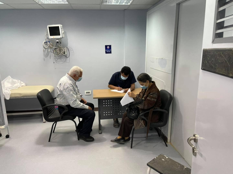 توافد المواطنون وكبار السن والطواقم الطبية على مستشفي الحميات