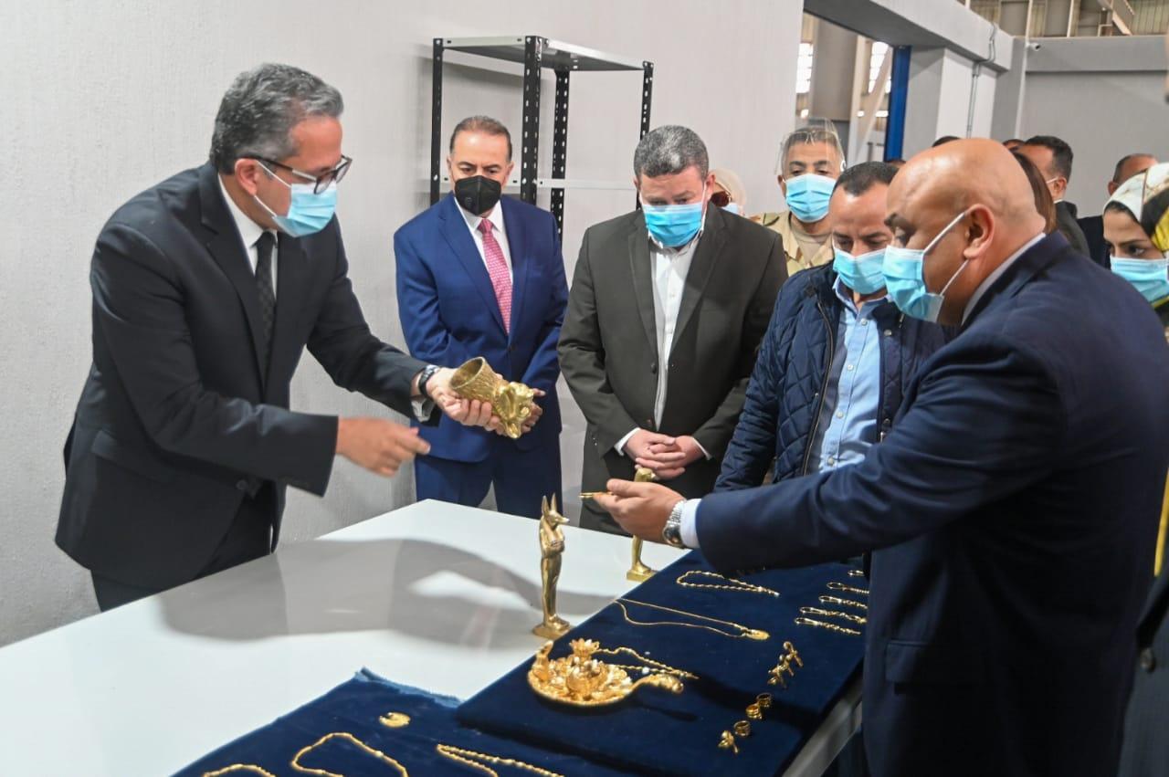 وزير السياحة والآثار خلال افتتاح المصنع