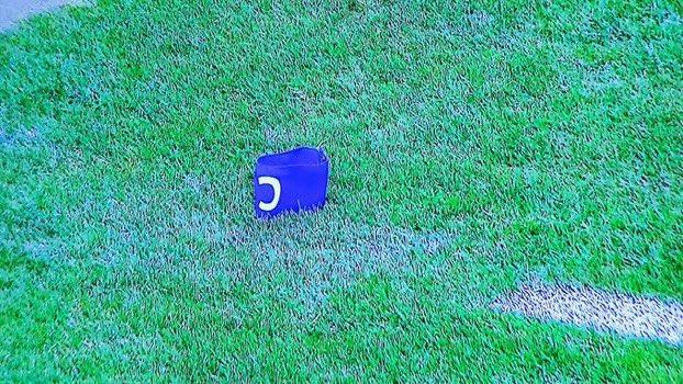 شارة رونالدو ملقاة على الأرض