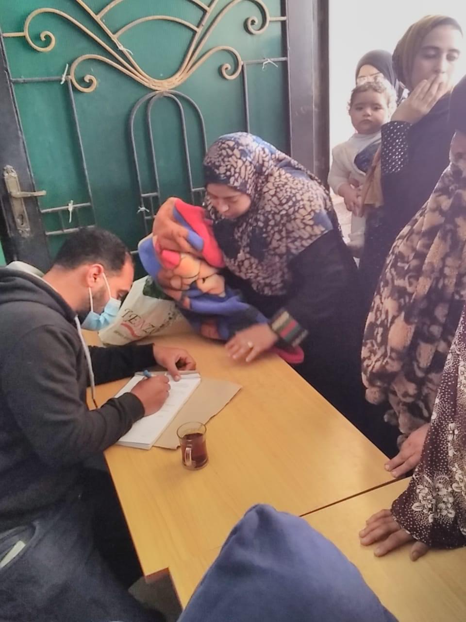 فحص المواطنين خلال قافلة طبية بالغربية (1)