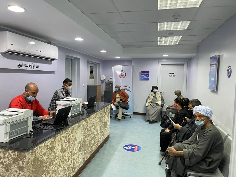 إقبال الأهالى على مستشفي الحميات لتلقى لقاح كورونا