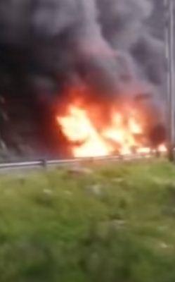 حريق الصهاريج يسد الطريق