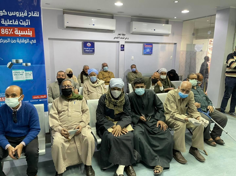 توافد المواطنون وكبار السن والطواقم الطبية على مستشفي الحميات لتلقى لقاحات كورونا