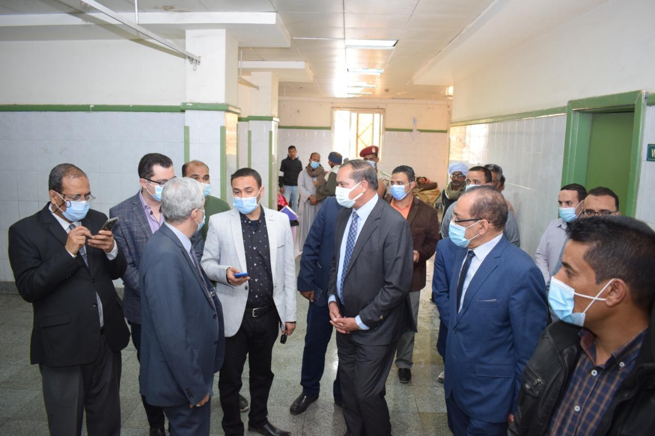 رئيس جامعة سوهاج يستمع لشرح حول حالة المصابين
