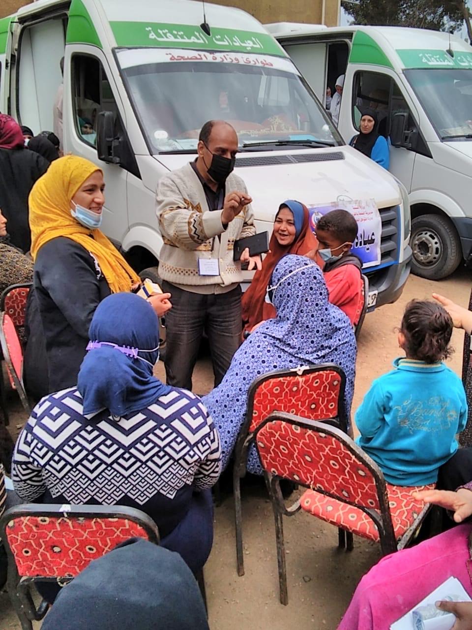 فحص المواطنين خلال قافلة طبية بالغربية (2)