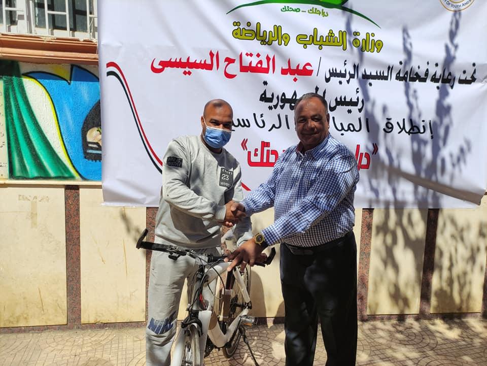 مدير شباب ورياضة الأقصر يُسلم الدفعة الثانية من دراجات الوزارة