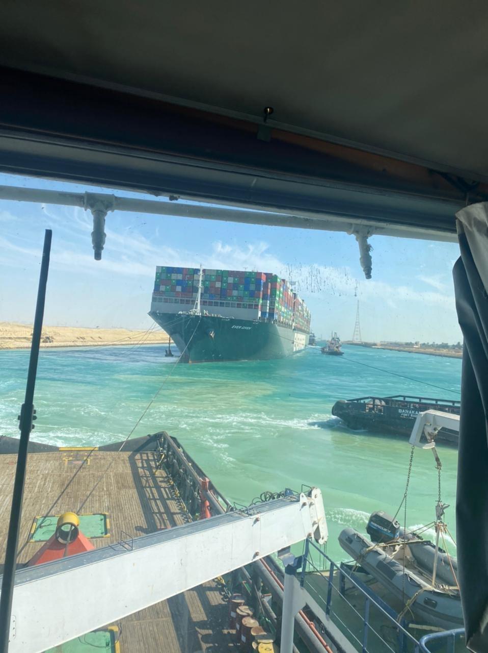 تعويم السفينة الجانحة فى قناة السويس (1)